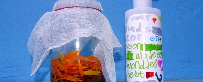 Na 3 weken kan de olie gezeefd worden met een plastic zeefje en in een pompje gedaan worden.